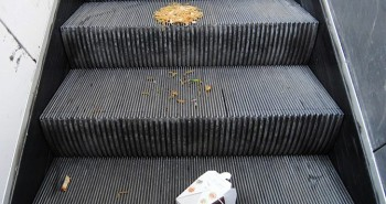 Mrhanie jedlom (bratislavský podchod)