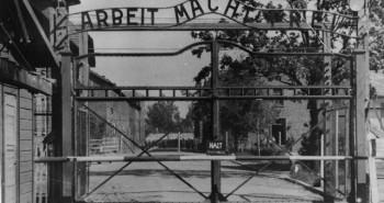 Osvienčimská brána - Práca oslobodzuje
